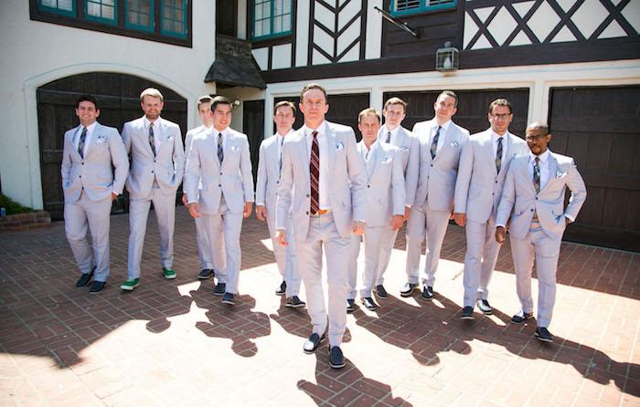 costume invités homme pour mariage chic décontracté gris clair avec cravate