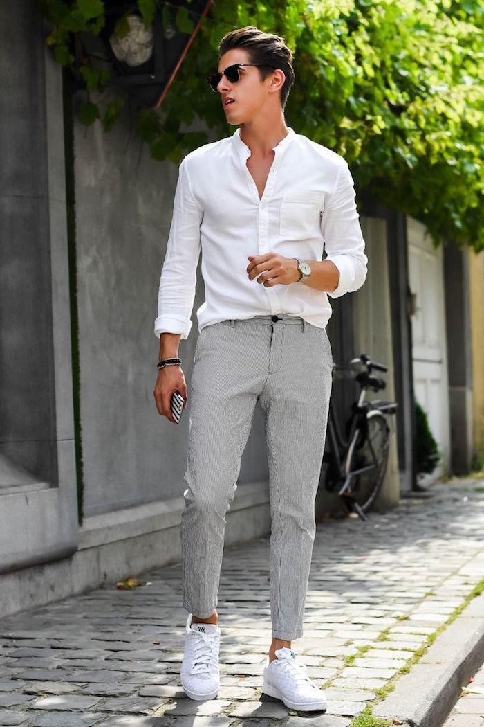 tenue mariage homme invité décontracté été avec pantalon costume gris chemise blanche et basket blanches