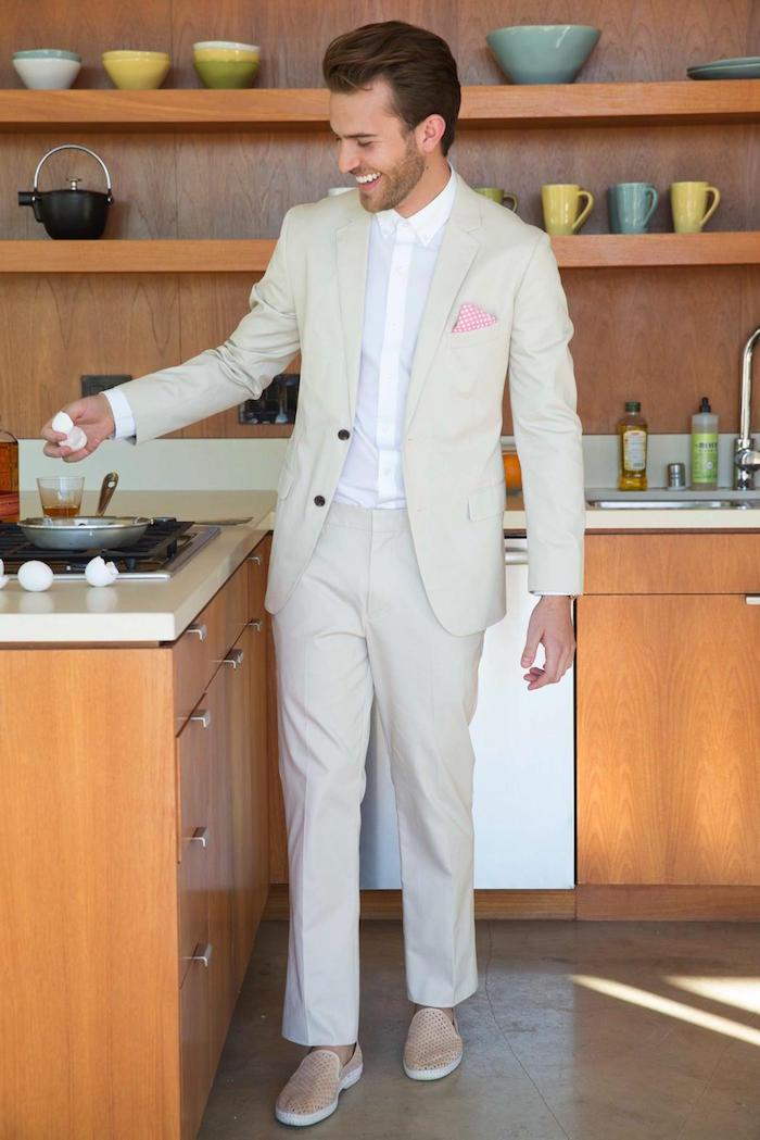 tenue mariage homme cool costume beige en été et chemise blanche