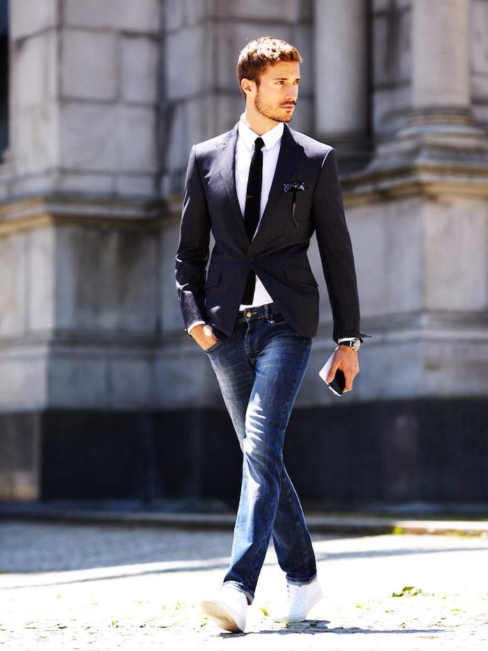 tenue mariage decontractee chic avec haut costume cravate et jean et basket blanches