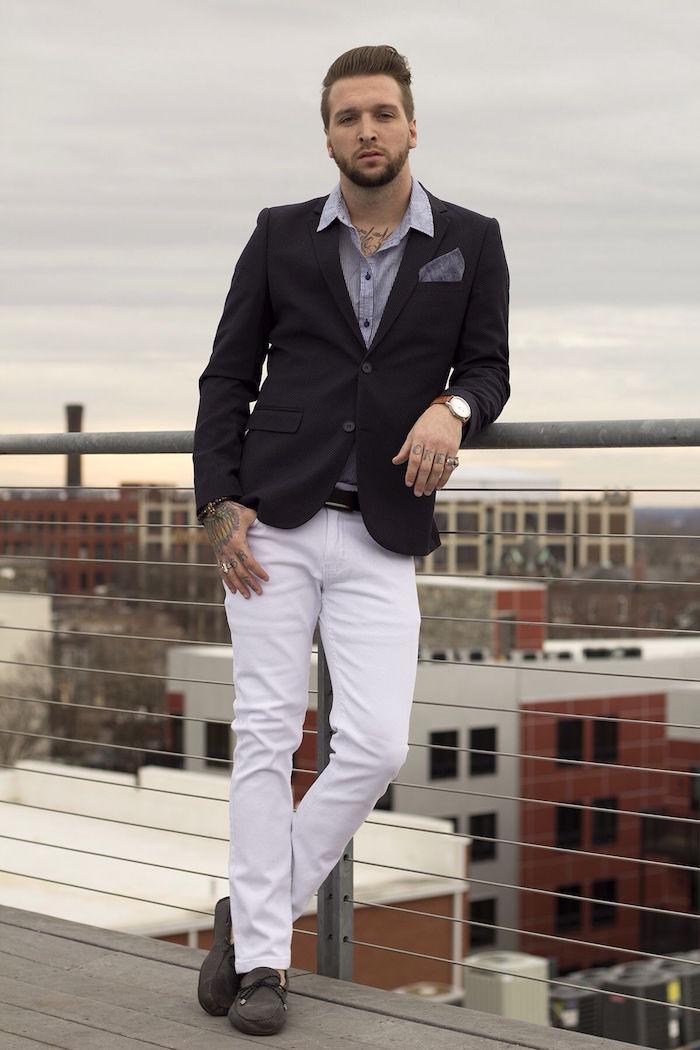 tenue homme decontracté chic avec jean slim blanc et veste foncée pour mariage