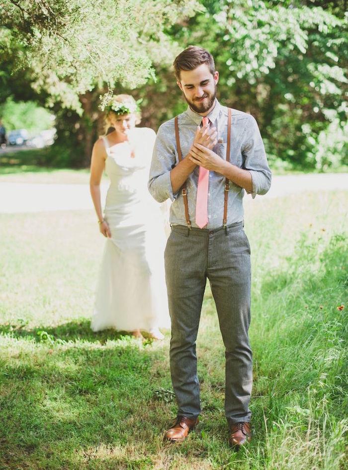 tenue mariage champetre homme avec pantalon et chemise grise et bretelles marrons