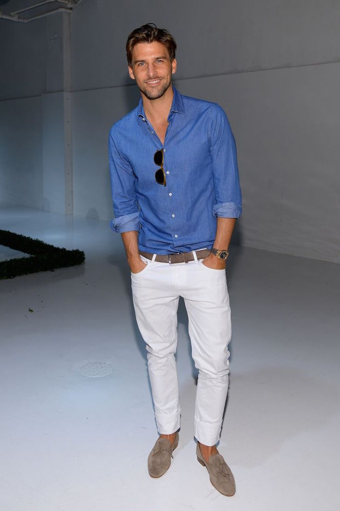 tenue de mariage homme décontracté avec jean blanc et chemise en jean et mocassin beige