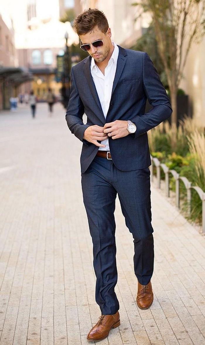 tenue pour assister à un mariage décontracté mais classe avec costume slim bleu marine