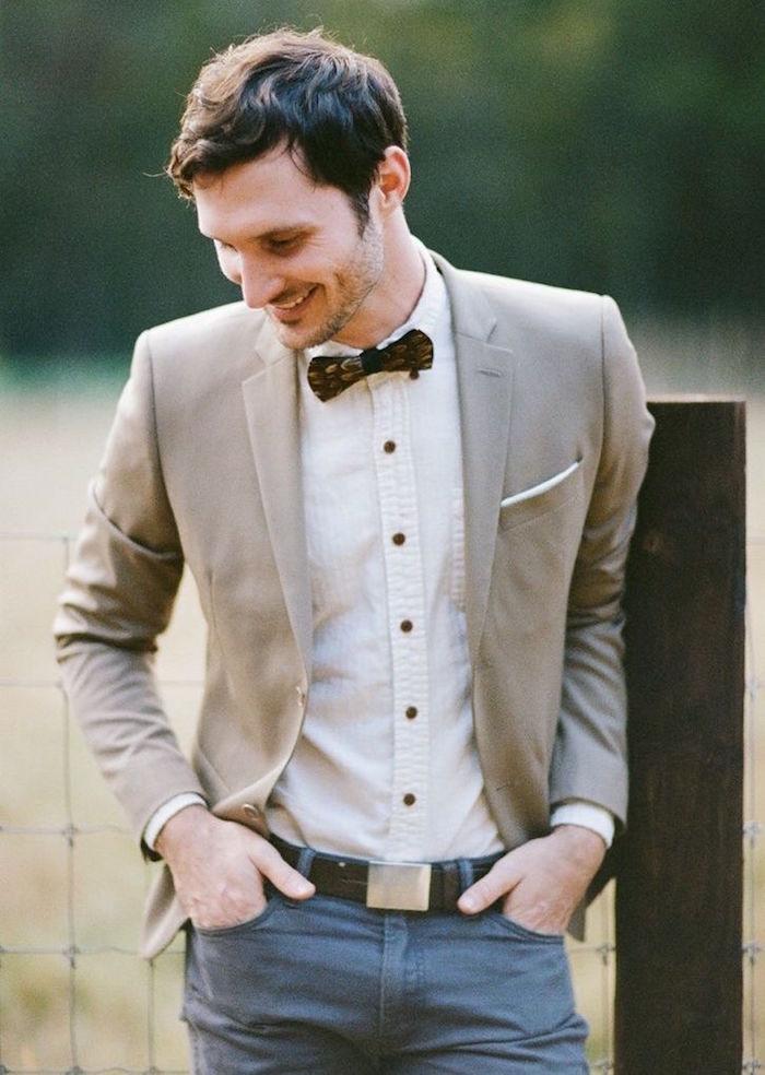 costume dépareillé comme tenue mariage homme invité décontracté beige et bleu