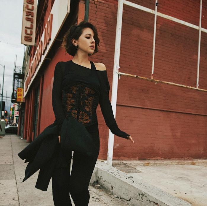 tenue pantalon noir et une coupe volumineuse avec des ondulations, coupe au carré flou