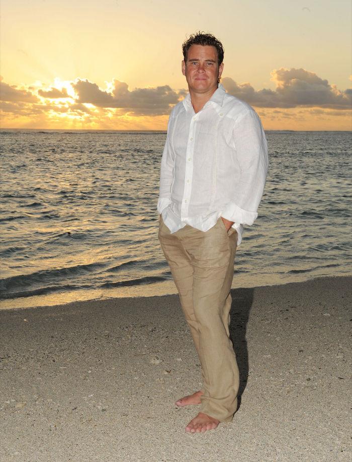 tenue homme mariage champetre sur la plage pantalon beige et chemise blanche