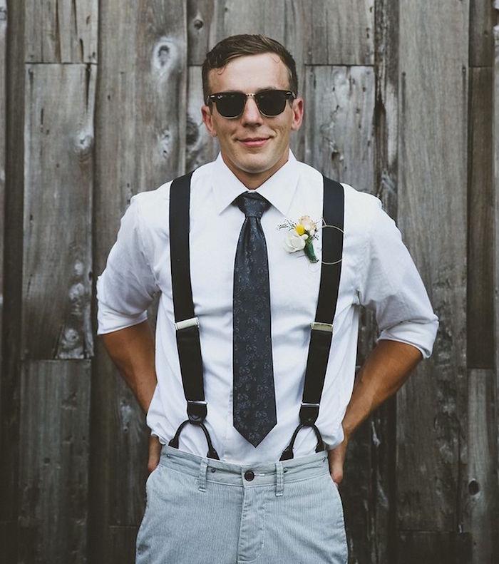 tenue mariage homme décontracté chic avec bretelles larges chino en velours gris et chemise blanche style hipster