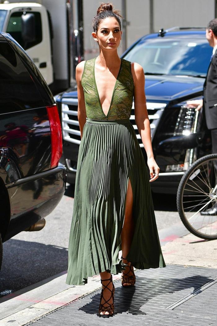 longue robe plissée fendue, comment faire un chignon flou, tenue streetstyle chic