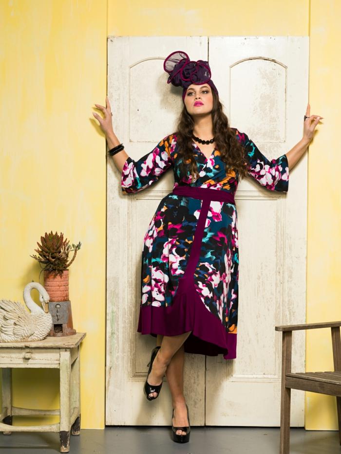 tenue femme esprit cabaret, collier boules noires, robe pourpre aux taches colorées