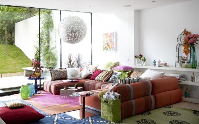 idée décor ethnique avec objets traditionnels colorés, modèle de pièce blanche avec meubles et objets ethniques