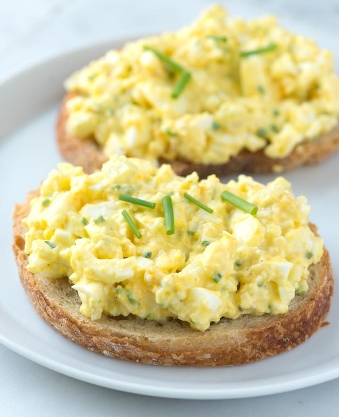 tartine aux oeufs, yaourt, ciboulette, jus de citron, poivre et sel, petit déjeuner sain facile et rapide
