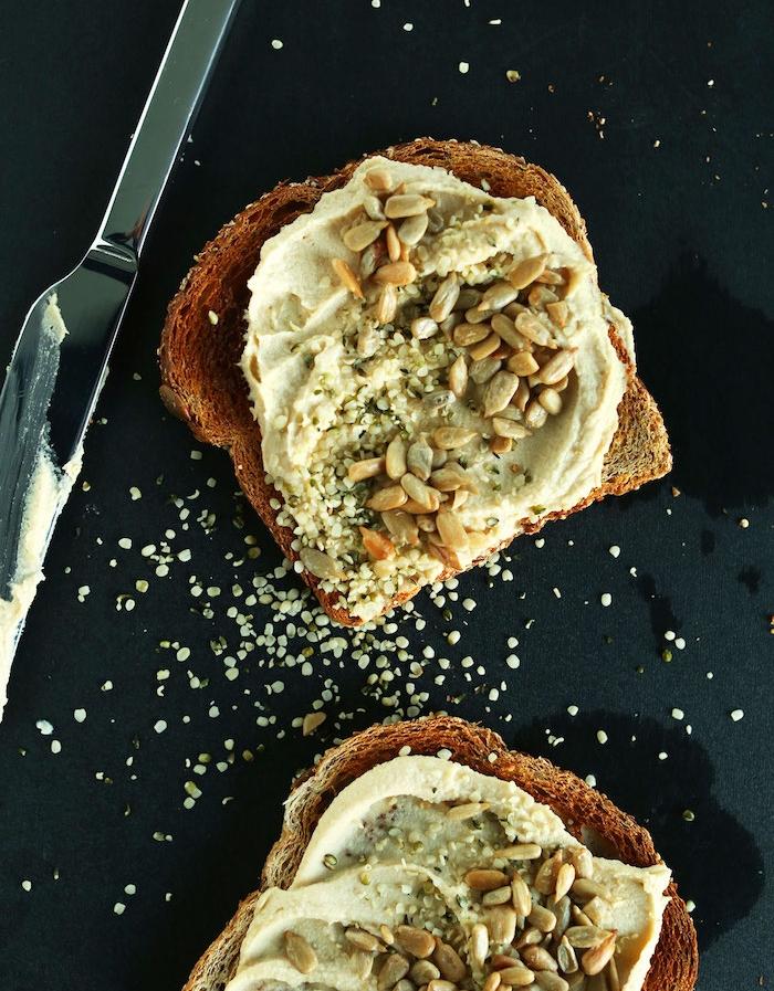 toast de pain grillé avec du houmous, graines de chanvre et graines de tournesol, recette hyperprotéiné