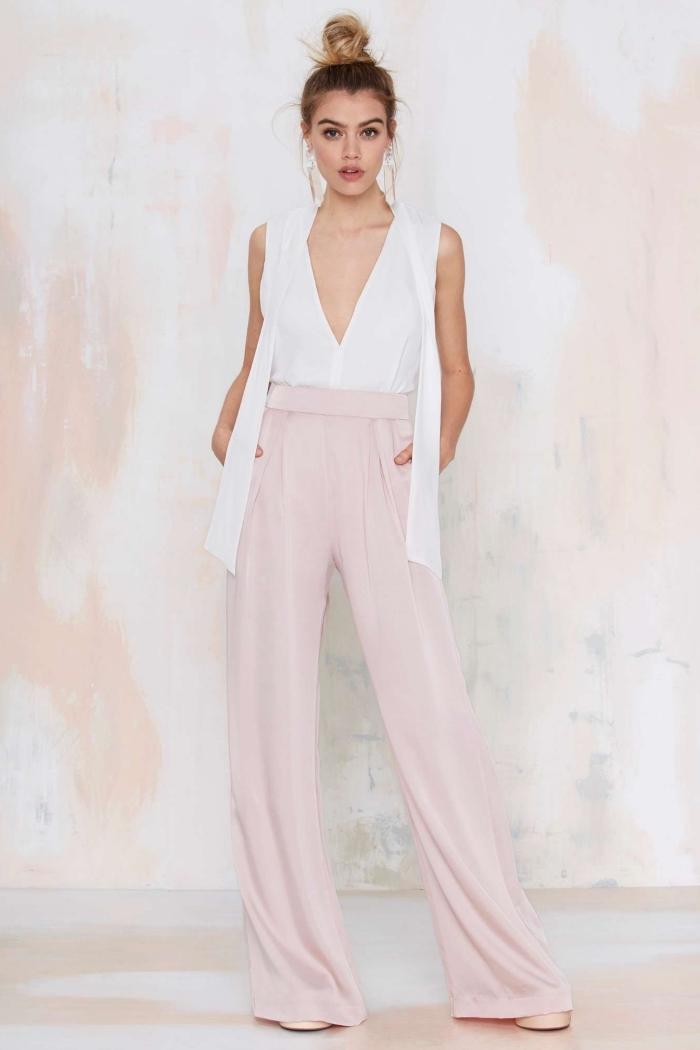 idée comment assortir un pantalon de couleur pastel, tenue élégante en pantalon fluide en rose pastel avec top blanc à décolleté en V