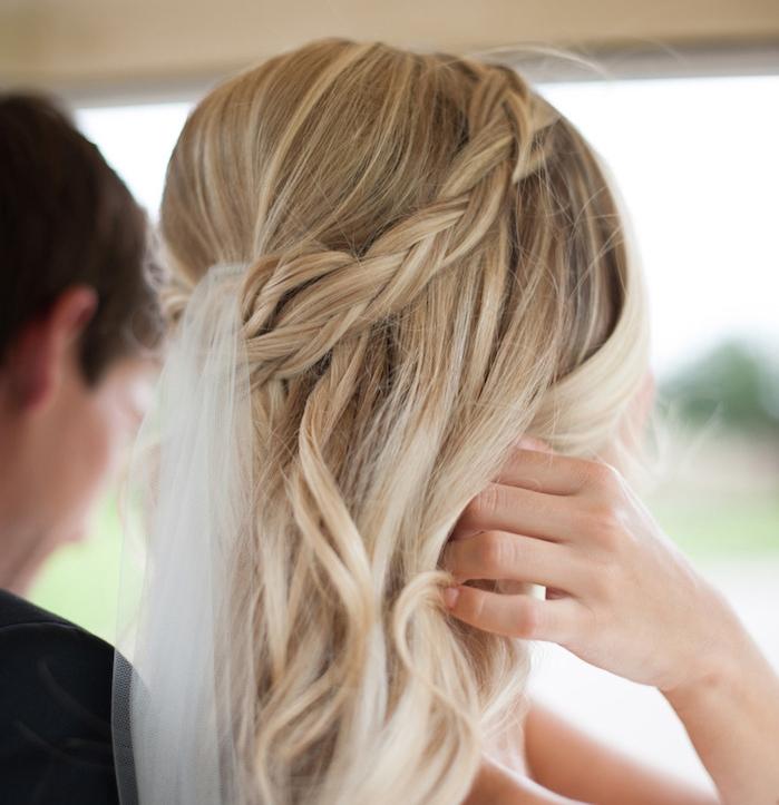 petites tresse en arrière couronne avec une petite voile dans cheveux blond ondulés