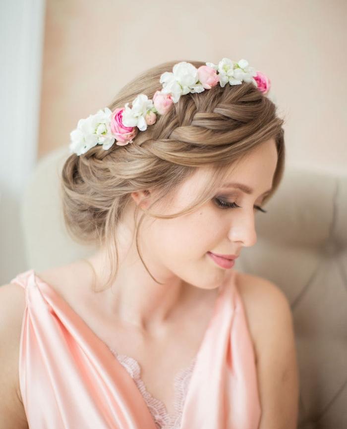 tresse sur le coté, couronne de fleurs feaiches, mèches libres, idée de coiffure invité mariage romantique