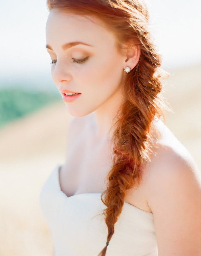 tresse de coté cheveux roux longs, idée de coiffure bohème chic, style décoiffé mariée, coiffure mariage avec tresse