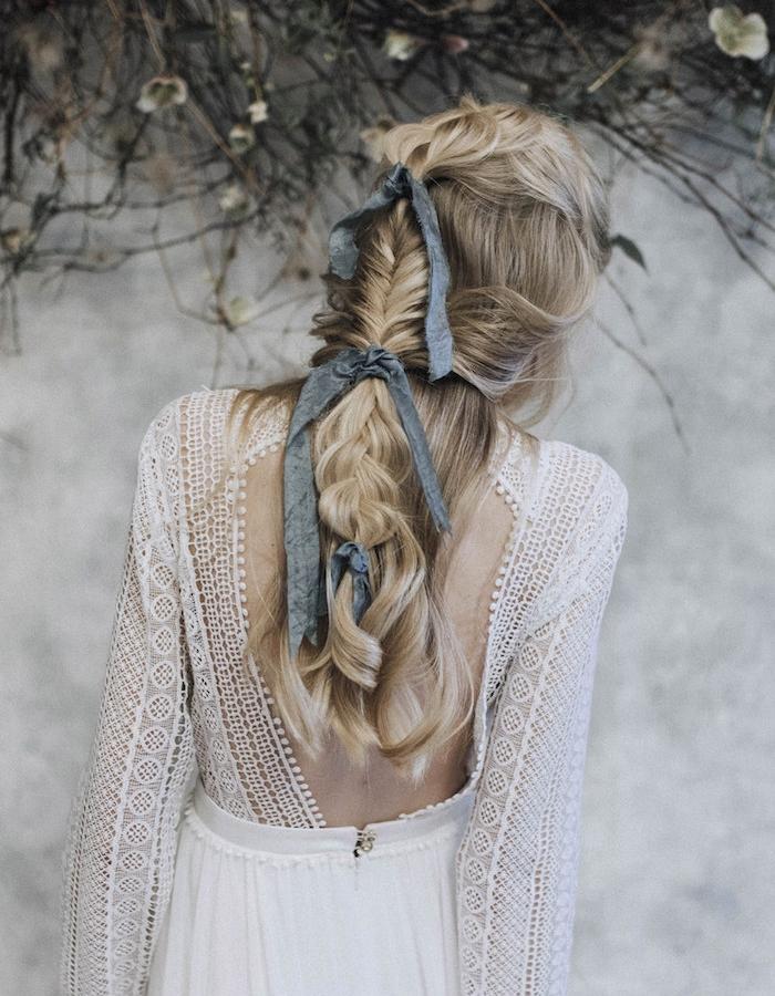 coiffure avec tresse épi de blé et tresse desserrée attaché avec des rubans gris, idée de coiffure originale mariée bohème