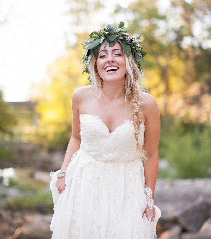 couronne de fleurs sur uen coiffure mariage boheme chic, sur le coté avec meches blondes libres, robe de mariée déesse