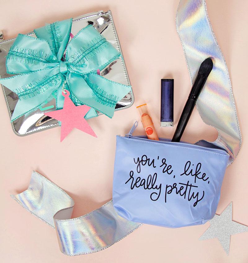 modèle de trousse à maquillage décoré de texte imprimé dessus, papier transfert et une pochette décorée de ruban bleu