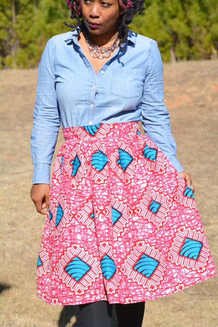modele de jupe wax courte rose et bleu avec chemise jean bleu clair