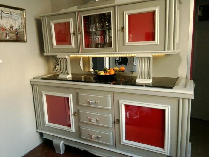 customiser meuble, buffet de cuisine aux ornements baroques, meuble en vert olive et rouge, carrelage noir, tableau au cadre doré