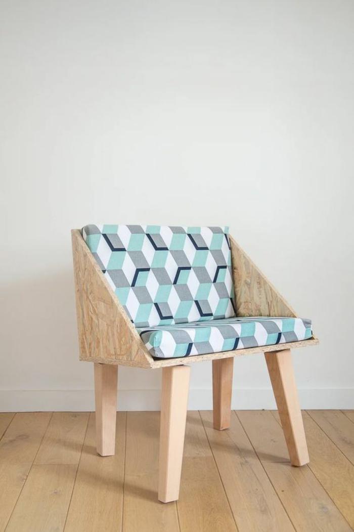 meuble relooké en bois de palettes, chaise basse au dossier carré avec deux coussins un pour le dos et un pour s'asseoir, parquet bois clair