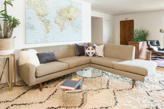 moderniser meuble ancien, meuble d'angle en beige caramel, grande carte du monde au mur, grande plante cactus accrochée au mur blanc