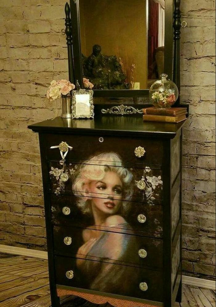 commode, meuble d'entrée en noir laqué avec grande image, le visage de Marilyn Monroe, moderniser meuble ancien, renover meuble bois