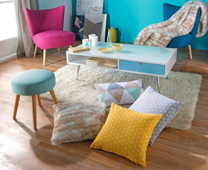 comment repeindre un meuble en bois meuble en couleurs pastels, grands coussins carrés en jaune. bleu pastel-marron et blanc, fauteuil en tissu fuchsia, murs en bleu pastel