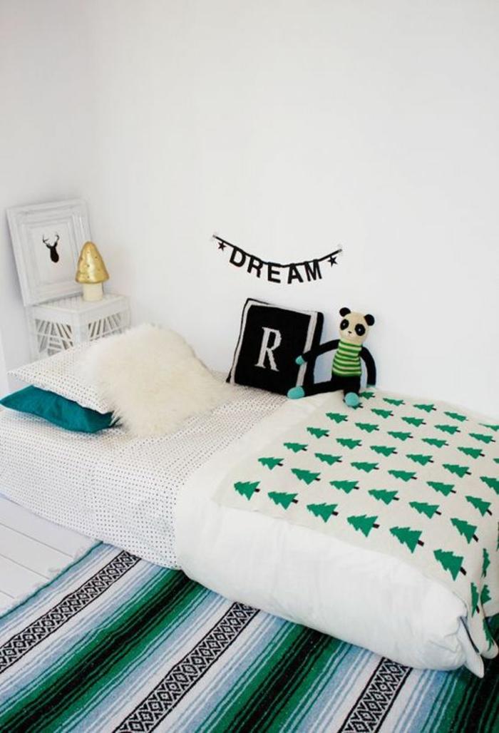 tapis en vert émeraude et noir, lit montessori, chambre montessori, lit bébé sans barreau, lit cabane montessori, inscription en lettres noires au mur blanc Rêve