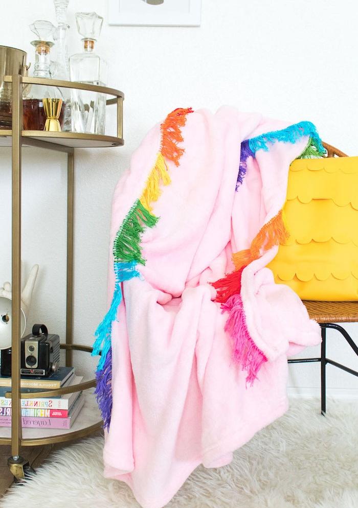 couverture rose customsiée dune frange colorée arc en ciel, idée cadeau femme 25 ans à faire soi même