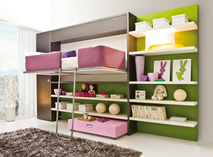chambre d'enfants avec des revêtements en bois couleur réséda, couvertures de lit en deco rose poudré, tapis en vieux rose, étagères blanches, rideaux blancs