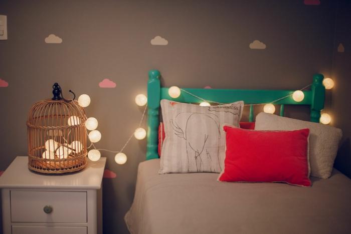 guirlande lumineuse ampoule, idée déco chambre cocooning, cage d'oiseaux en rotin tressé remplie d'une guirlande lumineuse boule coton