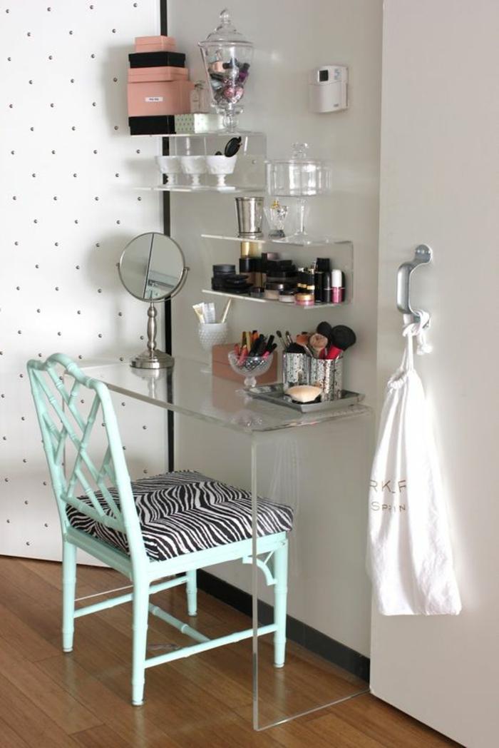 moderniser meuble ancien, customiser un meuble avec de la peinture, toilette femme, boudoir avec des étagères en plexiglas transparent
