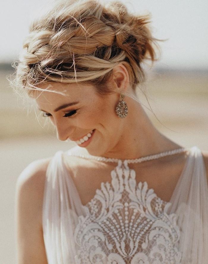 robe de mariée empire et une femme aux cheveux mi longs avec une tresse de coté, et mèches lrebelles