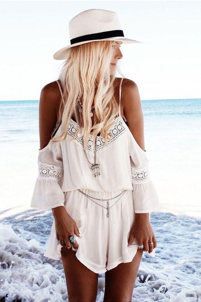 Combishort blanc, femme au bord de la mer, ondes, idée comment s'habiller pour une occasion spéciale, combinaison chic femme mariage boheme chic au bord de la mer
