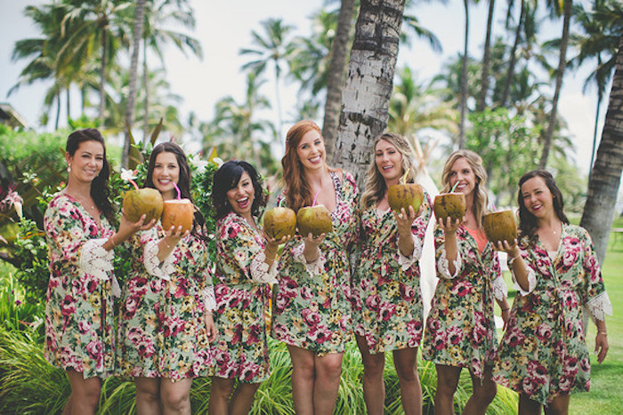 Idée evjf activité evjf week end enterrement de vie de jeune fille vacances exotiques palmes filles qui boivent cocktails de tasse de fruit