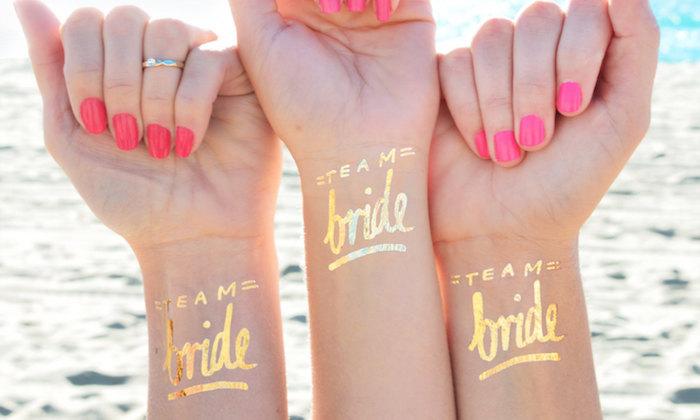 Originale idée evjf au bord de la mer tatouages temporaires au nuances dorées équipe de la mariée tatouage meilleures amies