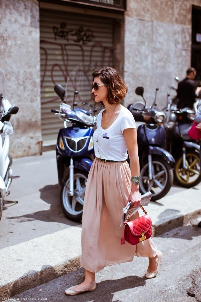 tenue chic d'été, jupe longue taille haute, sac rouge matelassé, tee-shirt blanc sporty