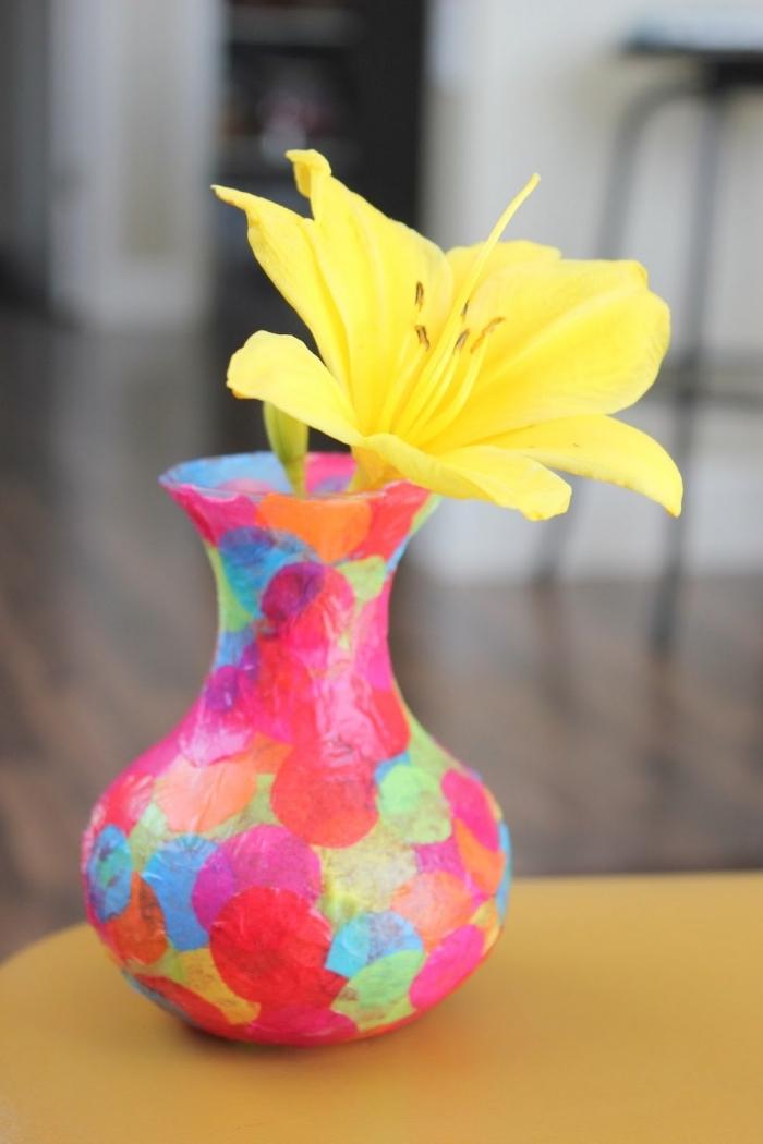 idée d activité manuelle facile, exemple de décoration de vase multicolore en papier coupé en formes cercles