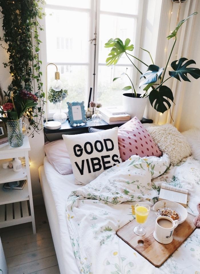 modèle de petite chambre boheme chic décorée avec plantes vertes et coussins en fausse fourrure blanche ou à imprimé