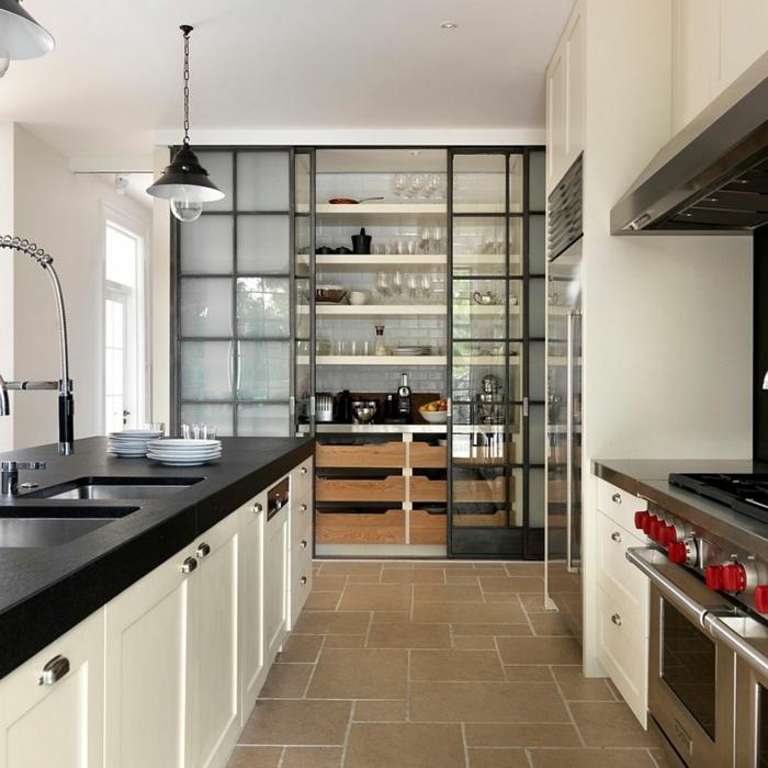 cuisine verriere verre et métal, une niche de rangement dans la cuisine, lampes indutrielles