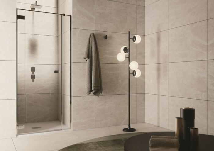 verriere salle de bain, salle de bain avec verrière, porte coulissante verriere, dalles de carrelage en couleur taupe, luminaire en métal noir, serviette gris fumée