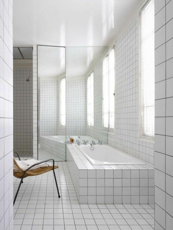 cloison verriere, salle de bain avec carrelage blanc, verriere douche, portes en verre et en métal noir, chaise en métal noir et en rotin tressé, espace lumineux avec plusieurs fenêtres