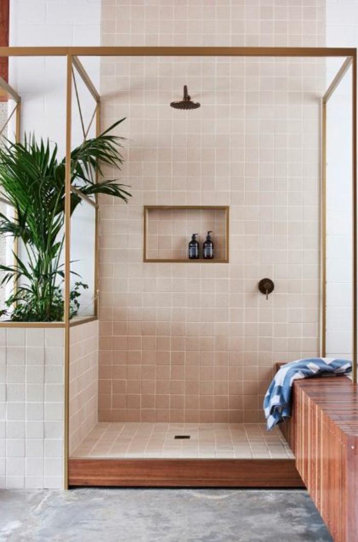 salle de bain avec verrière, cloison verriere, verriere douche, construction en métal couleur or, carrelage mural en beige caramel