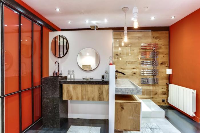 porte verrière coulissante, cloison verriere, salle de bain avec verrière, deux miroirs ronds, mur revêtu de panneau en bois clair, carrelage blanc et gris