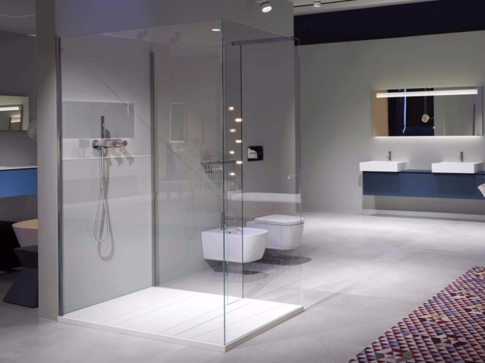 salle de bain avec verrière, separation verriere, cloison verriere, verriere douche, deux meubles wc suspendus blancs, tapis en couleurs rouge et prune