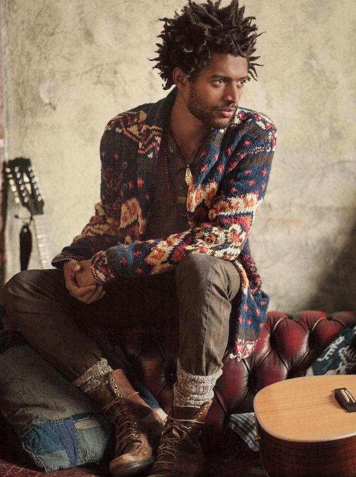 look boheme chic homme musicien style canadien avec pull en laine chaussettes en laine dans décor rustique