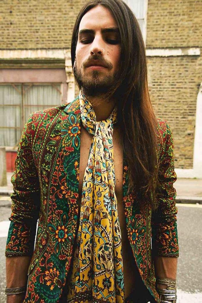 tenue de hippie homme cheveux longs avec veste colorée style année 70 et foulard